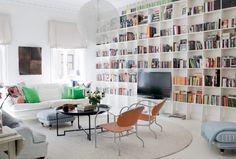 Piękna i oryginalna aranżacja mieszkania z imponującą biblioteką w salonie! - Lovingit.pl