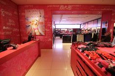 Amongst a variety of things FormRoom created the bespoke shop fit and furniture for a set of La Senza stores. Large mirrors were framed with mosaic tiles and lenticulars to fit the changing room doors.
