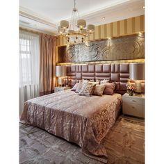 """""""Спальная комната в нежных розово-персиковых и золотых оттенков. Кровать, прикроватные тумбочки, настольные светильники итальянского производителя…"""""""