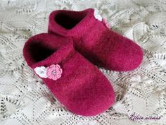 Huovutetut tossut Joki-langasta - tällä helpolla ohjeella ja vinkeillä teet kukilla koristellut tossut nopeasti parissa illassa. Joki, Knitting Socks, Knit Crochet, Baby Shoes, Slippers, Kids, Crafts, Clothes, Villas