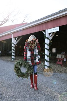Winter boots outfits, outfits with hunter boots, plaid outfits, preppy outf Outfits Otoño, Plaid Outfits, Preppy Outfits, Red Hunter Boots, Hunter Boots Outfit, Fall Winter Outfits, Autumn Winter Fashion, Winter Boots, Winter Style
