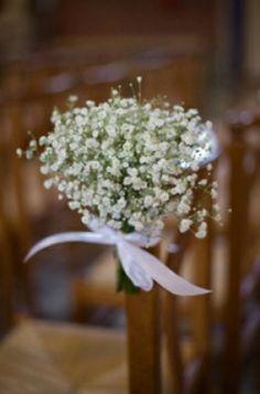 Petits bouquets de gypsophile sur les bancs