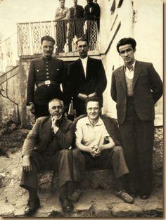 Sağında muhasebeci Mehmet Ali, solunda Orhan Kemal ve cezaevi görevlileri.