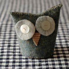 owl - this would make a cute tea pot cosy! Fabric Crafts, Sewing Crafts, Sewing Projects, Serger Projects, Wooly Bully, Bazaar Ideas, Owl Crafts, Penny Rugs, Wool Applique