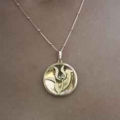 Allah Yazılı Lale Figürlü Sarı Altın Kaplama Yeşil Mineli Kolye  Besen Gümüş www.besengumus.com  #besen #gümüş #takı #aksesuar #kolye #allah #yazılı #lale #figürlü #sarı #kaplama #yeşil #mineli #izmit #kocaeli #besengumus #tasarım #moda #taşsız #bayan  Fiyat Bilgisi ve Satın Almak İçin https://besengumus.com/kolye/allah-yazili-lale-figurlu-sari-altin-kaplama-yesil-mineli-kolye.html  Sorularınız İçin Whatsapp 0 544 6418977 Mağaza 0 262 3310170