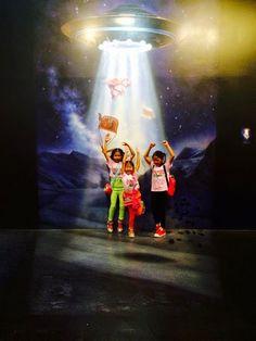 เตรียมกระเป๋าสัมภาระให้พร้อม UFO มารับไปเที่ยวแล้วววว (★^O^★)  UFO is coming !!   #StreetArt #HuaHin #4D #3DArt #TrickArt