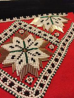 Bringeduken min! Sydd den selv. Litt skeiv men... Crochet Bedspread, Tree Skirts, Beadwork, Den, Bohemian Rug, Weaving, Christmas Tree, Costumes, Jewels