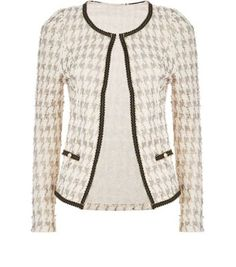 Add a subtle print to a work-wear outfit with this houndstooth jacket - try pairing with blue skinny jeans and a black cami.- All over houndstooth print- Simple long sleeves- Open front- Casual fit- Pocket front detail- Model is and wears UK 6