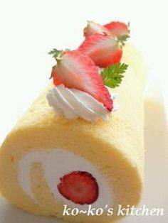 Fluffy and Moist Swiss Rolls Recipe by cookpad. Swiss Roll Cakes, Swiss Cake, Cake Roll Recipes, Dessert Recipes, Japanese Roll Cake, Japanese Swiss Roll Recipe, Strawberry Roll Cake, Asian Cake, Savarin