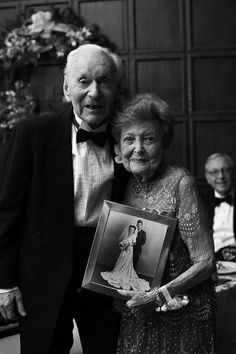 Picture ideal for elderly couples. Older Couples, Couples In Love, Vieux Couples, Photos Originales, Growing Old Together, Emotion, Everlasting Love, Old Love, Together Forever