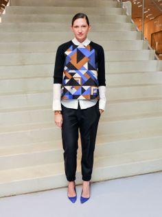 Sympa l'idee de mettre sa chemise blanche sous un sweater et d'associer les escarpins ici bleu à une couleur du sweater