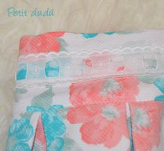 blusa en plumeti blanco con unos volantes también de plumeti con el mismo estampado que la falda.  la espalda es abierta y  que se cierra con una lazada realizada en el plumeti estampado a modo de lazo.