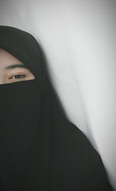 Hati pun punya usia,,, ia semakin bertambah usia semakin sepi dan ingin sendirian Hijab Niqab, Muslim Hijab, Hijab Chic, Mode Hijab, Arab Girls, Muslim Girls, Muslim Couples, Muslim Women, Niqab Fashion
