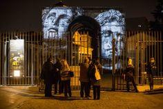 """Le immagini dell'antica Roma proiettate sull'Arco di Giano. Fino al 24 febbraio ogni sera dalle 18 alle 24 il monumento di Roma, a pochi metri dalla Bocca della Verità, si colora con l'installazione audiovisiva """"Popvlvs"""". Un'opera ideata da Livia Canella e che consiste nella p"""