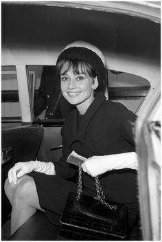Audrey Hepburn in an attractive two colour contrasting fur hat, after her flight to Heathrow from Rome. She is here to attend the European premiere of 'Breakfast at Tiffany's' at the Plaza Theatre in which she stars as 'Holly Golightly' (AP Photo) Audrey Hepburn Outfit, Audrey Hepburn Mode, Audrey Hepburn Photos, Divas, Classic Hollywood, Old Hollywood, Hollywood Images, Hollywood Glamour, Brigitte Bardot