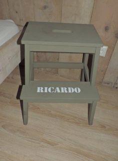 Keukentrapje van IKEA; legergroen krijtverf van puur&mooi wonen, naamsticker van Brocanterie Sophie