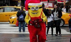 Así se festeja la Navidad en el mundo.Un Minion vestido de Navidad camina en Times Square durante un clima inusualmente cálido en la víspera de Navidad en la ciudad de Manhattan de Nueva York.