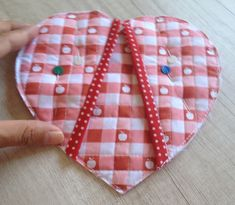 IMG_0075 Crafts For Girls, Hobbies And Crafts, Diy And Crafts, Small Sewing Projects, Sewing Crafts, Tutorial Diy, Quilted Potholders, Fabric Bowls, Jean Crafts