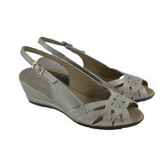 <p>Sandalias con cu�a de 6cm. de altura fabricadas en piel plata con plantillas acolchadas de la marca espa�ola PITILLOS.</p>