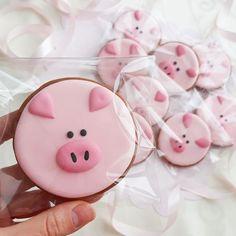 Pig Cookies, Fancy Cookies, Cute Cookies, Cookies Et Biscuits, Sugar Cookies, New Year's Cupcakes, Cupcake Cakes, Cookie Icing, Royal Icing Cookies