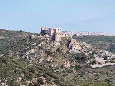 Агилар замок Это укрепленный замок был старой границе между Францией и Арагона; она формируется многоугольной крепости (12 век), построенный в центре гексагональных стенами с шестью башнями (13 век).
