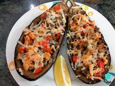 Aprende a preparar berenjenas rellenas de pollo y verduras light con esta rica y fácil receta. Si quieres hacer unas berenjenas rellenas light al horno que sean...