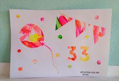 Ik gaf Noa van de week een witvel dik tekenpapier en een schaaltje met fluor kinderverf om een kunstwerkje te makenvoor haar (vandaag!) jarige papa! De tips van mij om vooral op het wit te verven, nam ze deze keer ter harte! Met grote zorgvuldigheidzocht ze de stukjes op die nog wel een kleurtje konden …