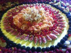 weddingcake autunnale: crostata di crema e frutta con roselline di mele, fichi, alchechengi e  frutti di bosco
