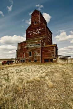 The Bents Elevator - Saskatchewan. Images of my childhood.the grain elevators in Saskatchewann.hope to take my kids to see these icon of the Canadian prairies before they're all gone! Old Abandoned Buildings, Old Buildings, Abandoned Places, Abandoned Castles, Abandoned Mansions, Country Barns, Old Barns, Country Life, Vancouver