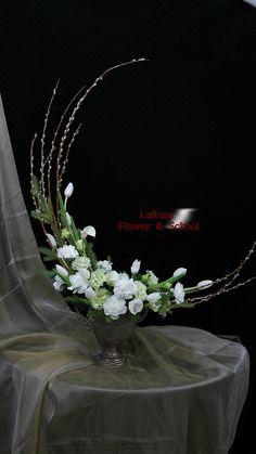 sp on Blumengestecke Arrangement Floral Ikebana, Contemporary Flower Arrangements, Church Flower Arrangements, Church Flowers, Floral Arrangements, Diy Flowers, Flower Vases, Flower Decorations, Wedding Flowers