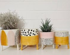 studiostories liebt upcycling projekte fotografie upcycling diy blumen patio ideas to beautify your home on a budget beautify budget gardendesign home ideas patio Painted Plant Pots, Painted Flower Pots, Diy Painted Vases, Keramik Design, Deco Floral, Pottery Painting, Ceramic Painting, Ceramic Art, Ceramic Pottery