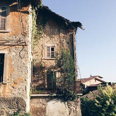 Era una casa molto carina senza soffitto,senza cucina. #inviadeimatti #casettechespaccano #walkingaround #bergamo