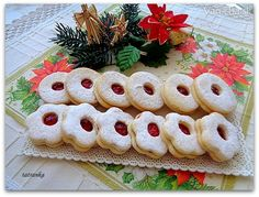 Linecké koláčiky slovenské - recept | Varecha.sk Croissant, Sweet Desserts, Christmas Baking, Sushi, Food And Drink, Cooking Recipes, Xmas, Yummy Food, Sweets