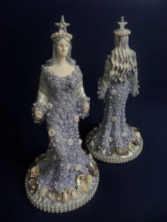 Linda imagem de Iemanja. Voce vai se encantar ...com a rainha do mar. O vestido é de gripir floral azul com perolas. Na base´foi adicionado ao mar conchas com ´perolas e rosas de cetim branca.