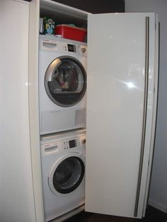 In de vouwdeurkast van deze Italiaanse design keuken hebben we de wasmachine en droger gemonteerd.