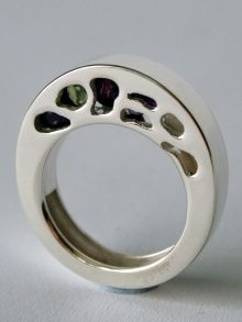 Inside the ring you will find three hidden and moving amethysts as well as one peridot.