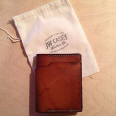 La main Mens Horween Leather Wallet. par JWCaseyLeatherCo sur Etsy