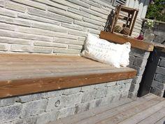 Slik bygger du utekjøkken - Byggmakker.no Patio Bench, Entryway Bench, Outdoor Sofa, Outdoor Furniture, Outdoor Decor, Porch Swing, House, Backyard Ideas, Garden Ideas