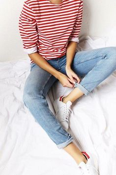Love the casual look of this fun tee with the light jeans. Looks Street Style, Looks Style, Style Me, Simple Street Style, Mode Outfits, Casual Outfits, Comfy School Outfits, Basic Outfits, Jean Outfits