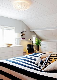 Sisustussuunnittelija Seija Strandin vallaton rintamamiestalo – katso kuvat! | Kotiguru.fi Upstairs Bedroom, Home Bedroom, Bedroom Chest Of Drawers, Scandinavian Interior Design, Bedroom Wardrobe, Loft Spaces, Awesome Bedrooms, White Houses, Small Rooms