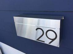 En Stock ***  Este buzón moderna sin duda añadirá un toque de elegancia a tu casa.  Fabricado en 18 acero GA antioxidante con negra capa electrostática al aire libre del polvo, resistente a los arañazos. (es decir, proceso de fabricación que emplea partículas cargadas más eficientemente pintar una pieza de trabajo)  Puede caber fácilmente números o texto, solo incluya su número de casa o el texto con su pedido. (los números son opcionales)  Personalizado vinilo moderno corte números (negro…