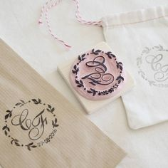 Ultimo timbro già in viaggio per una bellissima isola italiana, spero arrivi al più presto dato che manca poco al grande giorno! ♥ #weddingstamp #wedding #savethedate #kraftbag #diywedding #diy #wreath #matrimonio #sacchetti #handmade #fattoamano #boda #timbro #iniziali #monogramstamp #tampon #sello #italy #pearlstopigeons #guests #bags #confettata #customstamp #handmadestamp #favorgift #weddingstamp #kraft