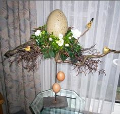Paasstuk op statief Easter Projects, Ladder Decor, Flower Arrangements, Hibiscus, Doodles, Wreaths, Table Decorations, Spring, Holiday