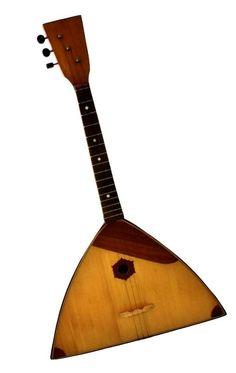 Lote 4488 - Balalaica, instrumento musical de cordas, antigo, apenas 3 cordas, com 68cm de comprimento e 40cm de largura. Notas: pequenos defeitos - Current price: €4