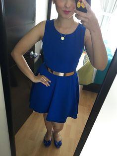 Vestido azul y cinturón metálico