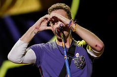 Chris Martin during Coldplay's show in Colombia [jhonpaz] Coldplay Tour, Coldplay Songs, Love Band, Great Bands, Cool Bands, Chris Martin Coldplay, Phil Harvey, Jonny Buckland, Blue Eyed Men