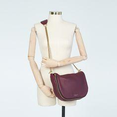 A corrente e o tom de uva dessa bolsa ajudam a modernizar qualquer look