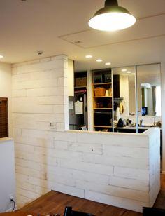 対面式のキッチンカウンターの腰壁に羽目板を施工