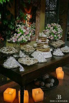 Mesa de doces e bolo.