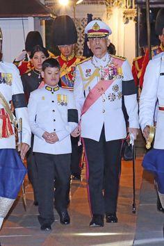 สมเด็จพระเจ้าอยู่หัวมหาวชิราลงกรณ บดินทรเทพยวรางกูร ทรง … King Rama 10, King Thailand, Bhumibol Adulyadej, Royal Dresses, Royal House, King Of Kings, King Queen, Captain Hat, Royalty